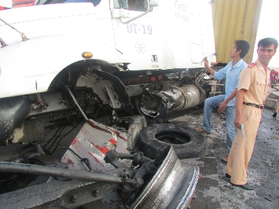 Xe container đâm bay hơn 50m dải phân cách | Tai nạn giao thông, Tai nạn ô tô, Tai nạn xe tải, Xe container