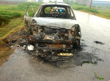 Chiếc xe taxi bị bọn cướp đốt cháy