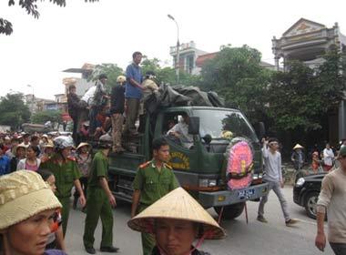 Mang quan tài diễu phố, phá nhà Phó giám đốc bệnh viện