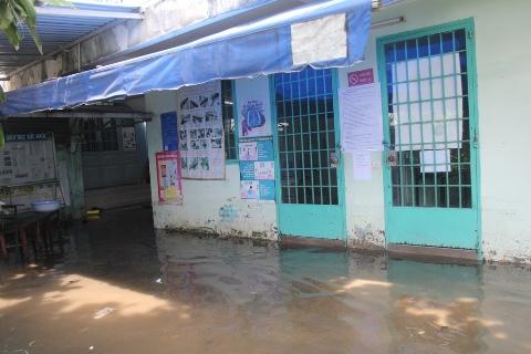 Triều cường phá vỡ bờ kè sông, dân Sài Gòn tháo chạy | Thủy triều, Triều cường ở TP.HCM, TP.HCM, Vỡ bờ kè sông