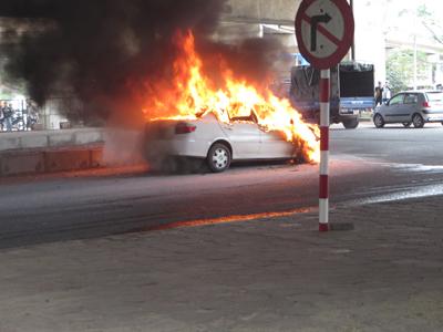 Ô tô Toyota bốc cháy ngùn ngụt ở Hà Nội | Cháy xe, ô tô bốc cháy, Cháy xe ô tô, Toyota, Hà Nội, Cháy xe toyota