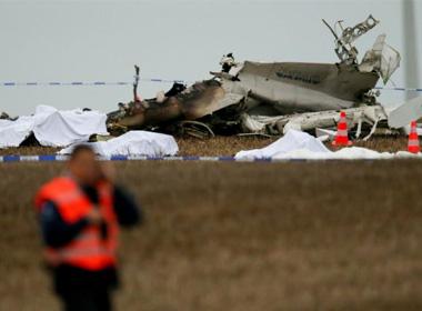 Cháy máy bay, 11 người tử nạn