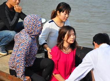 Người dân đưa cô gái ra sông chỉ đoạn được nạn nhân