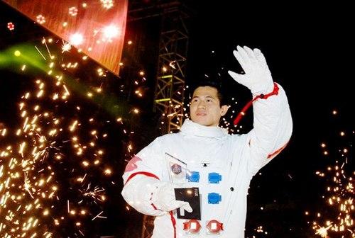 9X điển trai trở thành người Việt Nam thứ 2 bay vào vũ trụ | Vũ Thanh Long, Phi hành gia, Bay vào vũ trụ, Người Việt Nam thứ 2 bay vào vũ trụ, Mai Nguyễn Đình Huy