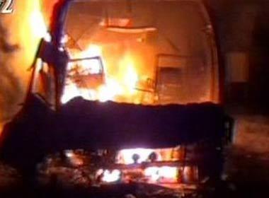 Chiếc xe buýt cháy rụi trơ khung xe