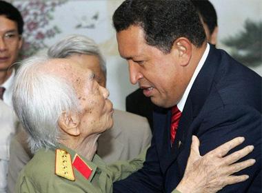 Tổng thống Venezuela Hugo Chavez thăm hỏi Đại tướng Võ Nguyên Giáp năm 2006