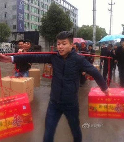 Đại gia gánh 100 kg tiền mặt đi hỏi vợ | Gánh 100kg tiền đi hỏi vợ, Trung Quốc, Đại gia gánh tiền đi hỏi vợ, Chuyện lạ thế giới
