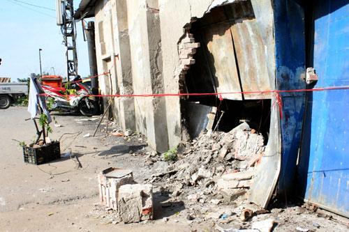 Xe taxi bị đâm vì cố vượt đường ray khi tàu hú còi   Tai nạn, Đâm xe, Taxi, Tàu hỏa, Ô tô bị đâm, Hà Nội