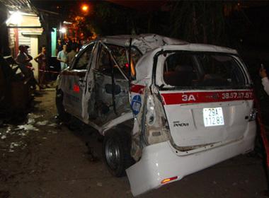 Tàu hỏa tông taxi, 9 người nhập viện