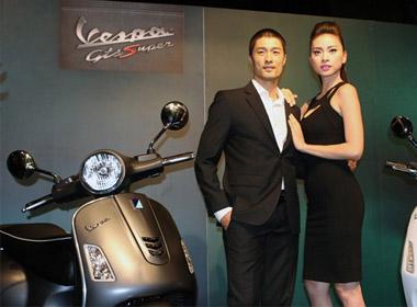 Hai ngôi sao nổi tiếng Johnny Trí Nguyễn và Ngô Thanh Vân xuất hiện rất nổi bật bên chiếc Vespa Primavera và Vespa GTS Super 125