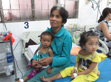 Cháu My (áo vàng) và Đa đã được súc ruột và đang nằm điều trị tại Bệnh viện Nhi đồng TP Cần Thơ