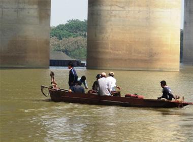 Gia đình tổ chức tìm kiếm dưới chân cầu Thanh Trì (Hà Nội)