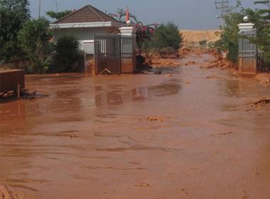 Hàng tấn bùn đỏ từ công ty đổ ra đường...