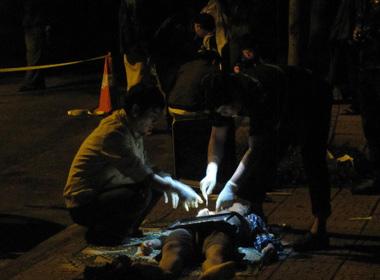 Công an khám nghiệm thi thể nạn nhân.