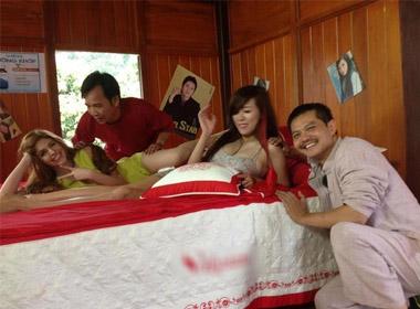 Quang Tèo ngả ngớn trên giường bên Andrea, Mai Thỏ