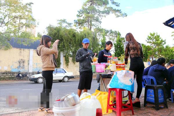 """Cận cảnh cuộc sống của """"hot girl bán bánh tráng trộn"""" gây bão cộng đồng mạng   Hot girl bánh tráng trộn, Lưu Hoài Bảo Chi, Đà Lạt, Lâm Đồng, Hotgirl, Mạng xa hoi"""