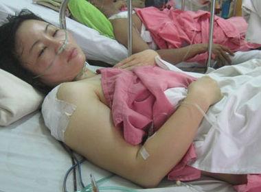 Điều dưỡng Nguyễn Thị Sáu đang điều trị vết thương tại Bệnh viện Chợ Rẫy