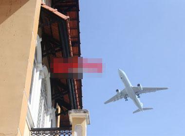 Cứ cách 3-5 phút là có một máy bay trên đà hạ cánh lao qua trên mái nhà này