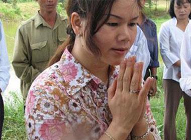Nhà ngoại cảm Phan Thị Bích Hằng trong một lần tham gia tìm mộ.