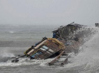 Một ngôi nhà bị sóng biển đánh sập