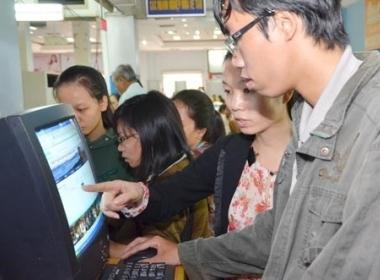 Cũng như mọi năm, dù còn lâu mới đến Tết Nguyên đán nhưng nhiều người đã phải tranh thủ mua vé tàu tại ga Sài Gòn.