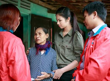 Ngọc Hân nghẹn ngào khi từ thiện ở Quảng Bình
