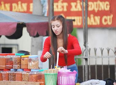 Hot girl bán bánh tráng trộn trong hình ảnh mới nhất