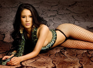 Diệp Lâm Anh bị chỉ trích nặng nề sau bộ ảnh nude phản cảm này.