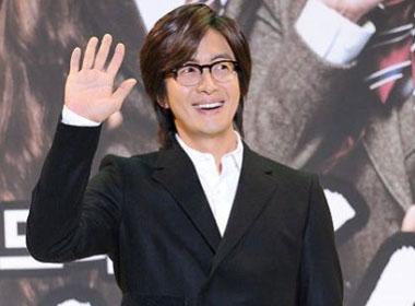"""Cư dân mạng """"lùng sục"""" danh tính của bạn gái Bae Yong Joon"""