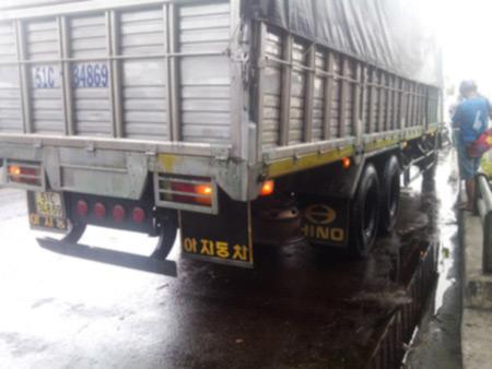 Xe tải rải hóa chất, người đi đường ngã hàng loạt | Xa lộ Hà Nội, TPHCM, Xe tải, Tai nạn giao thông, Đường trơn, Tràn dầu
