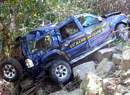 Xe du lịch rơi ở núi Cấm, 9 khách hành hương nhập viện