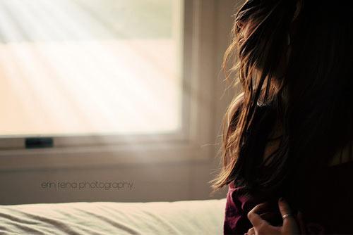 Thật phũ phàng, sau khi tình cũ của anh quay lại, anh nhẹ nhàng rũ bỏ em để quay về bên cô ấy. (Ảnh minh họa).
