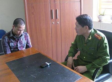 Phó giám đốc CA TP.Hải Phòng Dương Tự Trọng hỏi cung Mai Đức Vượng - nhân vật cộm cán đất cảng bị bắt năm 2011.