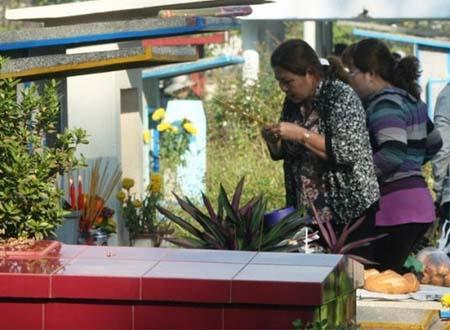 Các gia đình đi tạ mộ rước gia tiên tại Nghĩa trang Bình Hưng Hòa (ảnh minh họa)