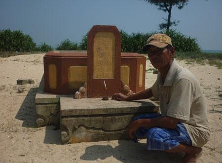 Một trong những ngôi mộ do tự tay gã chôn cất.
