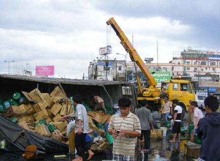 Hiện trường sự cố khiến hàng trăm thùng dầu bị đổ xuống đường