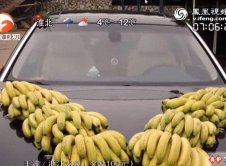 Hình ảnh chiếc xe đón dâu được trang trí bằng 10 nải chuối.