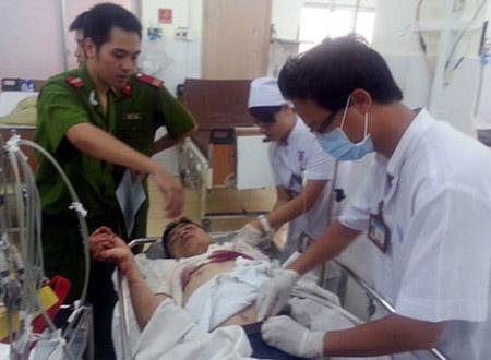 Các y, bác sỹ đang điều trị, cấp cứu cho Hòa