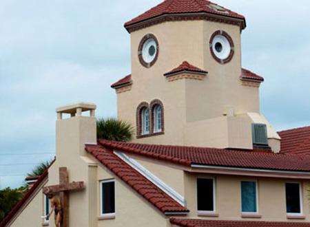 Hàng trăm người từ xa tới thăm nhà thờ bên bờ biển để tận mắt chứng kiến hình ảnh chiếc mặt gà.