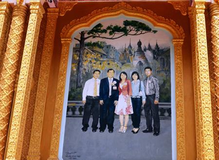 Tranh vẽ gia đình ông Trầm Bê treo ngay lối vào chánh điện chùa Ba Sát
