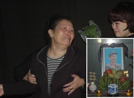 Vợ Văn Hiệp từ Đức trở về khóc không ngớt trước linh cữu chồng.