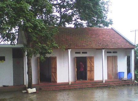 Ngôi nhà cấp 4 hiện làm khu nhà ăn và chiếc cổng mà sư thầy Thích Đàm Thục cho xây dựng