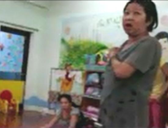 Cô Ong Kim Thanh Thúy người bị tố cho trẻ uống thuốc ngủ (ảnh chụp từ clip).