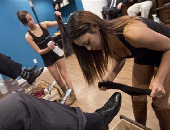 Nhân viên đánh giày trong quán Star Shine. Ảnh: AP