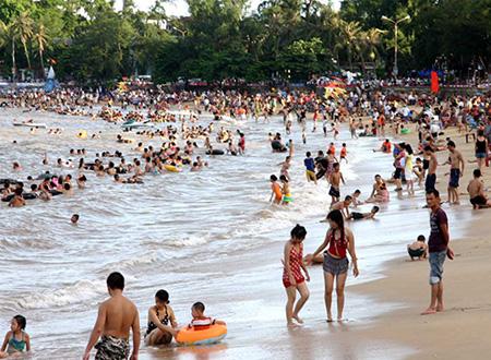 Biển Đồ Sơn, Hải Phòng thu hút rất đông khách du lịch trong những dịp lễ