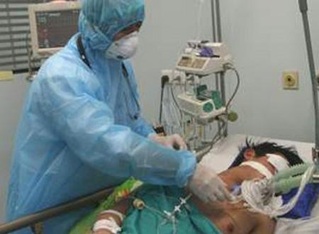 Điều trị bệnh nhân mắc cúm gia cầm nặng tại BV Bệnh Nhiệt đới Trung ương