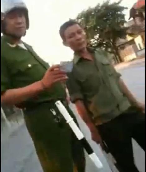"""Xôn xao clip công an phường """"vô cớ"""" bắt lỗi dân Conganphuong2jpg1367398305"""