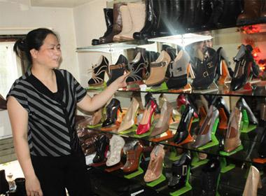 Chị Hường bên quầy hàng tại chợ Đồng Xuân