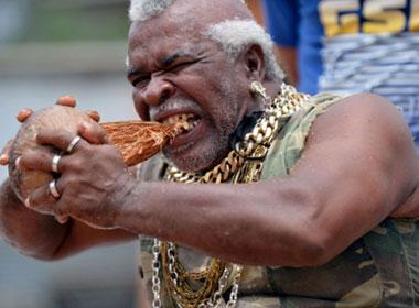 Ông Gardin trổ tài gọt vỏ dừa bằng răng trước ống kính phóng viên. Ảnh: AFP
