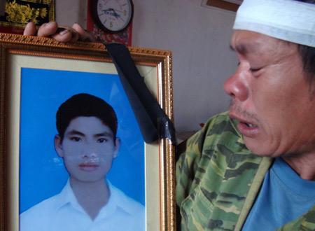 Ông Nguyễn Văn Điều bên di ảnh con trai Nguyễn Văn Nam